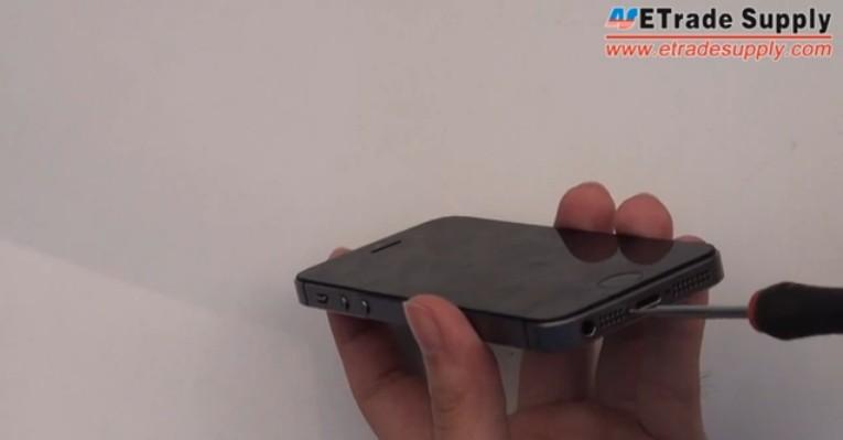 fasten s screws of iphone 5s