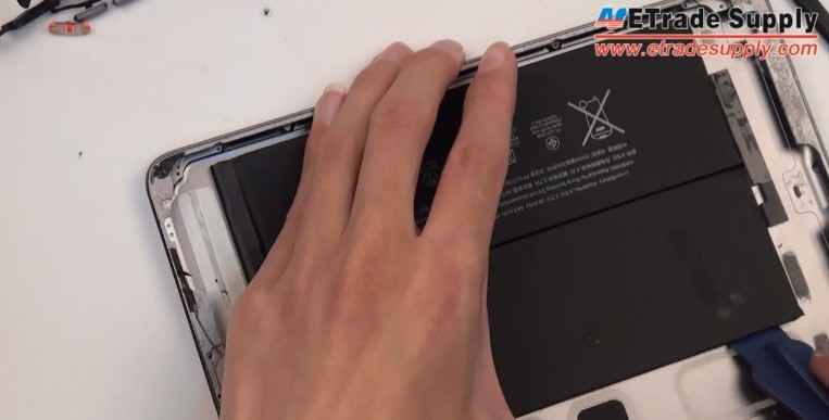 pry out the iPad Mini 2 battery