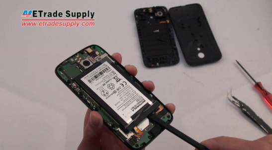 pry up the Motorola Moto G battery