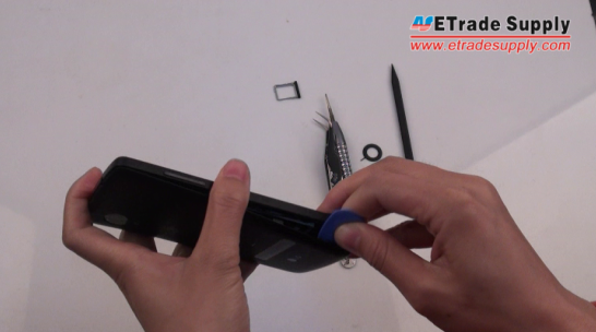remove the Nexus 5 battery door