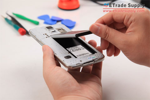 Peel-the-Galaxy-S5-battery-off