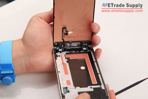 Pull-the-Galaxy-S5-lcd-screen-assembly