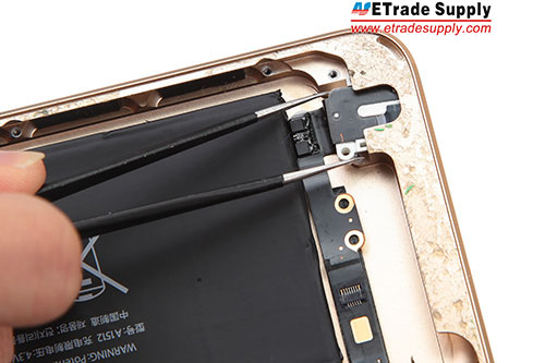 16.Pull out the earphone jack flex cable.