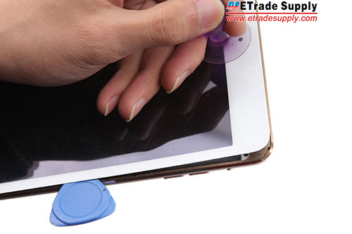 3.Use the suction cup and opening tool to pry up the panel slowly and carefully.