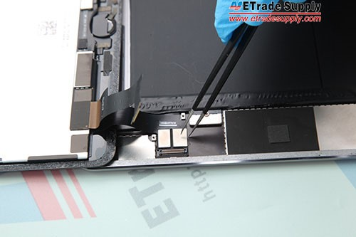 9.Connect the LCD screen flex cable, digitizer flex cable and home button flex cable.