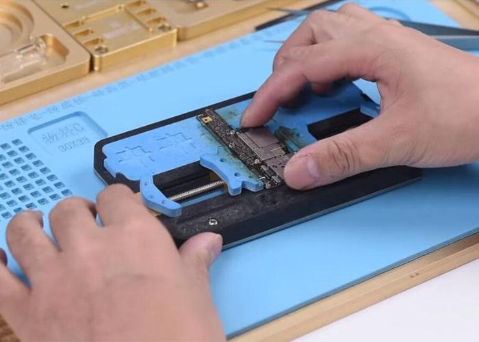 fije la placa lógica en la mesa del soporte de PCB