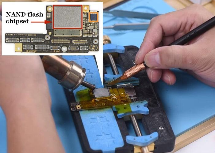Haga palanca y separe el chipset flash NAND