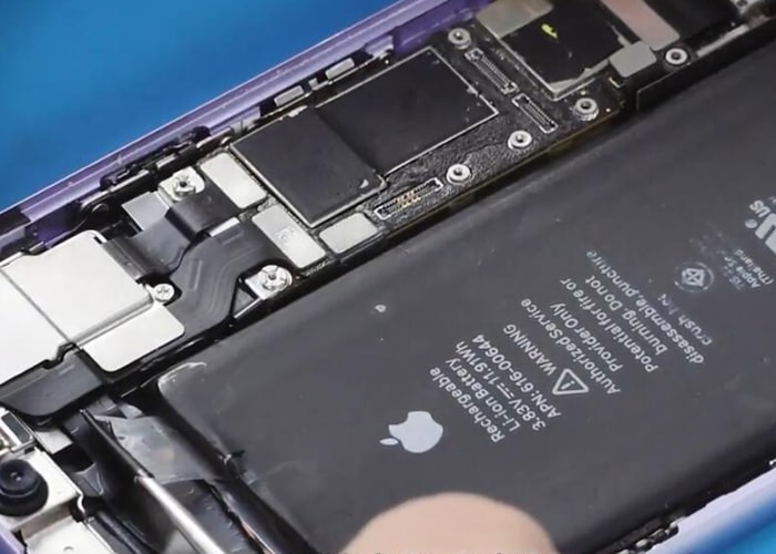 Take down the battery from the iPhone